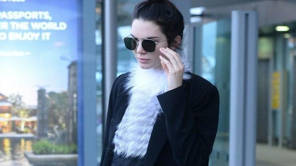 Kendall Jenner setzt gegen die Kälte auf einen kuscheligen Strickpulli in Kombination mit elegantem Mantel und Overknees