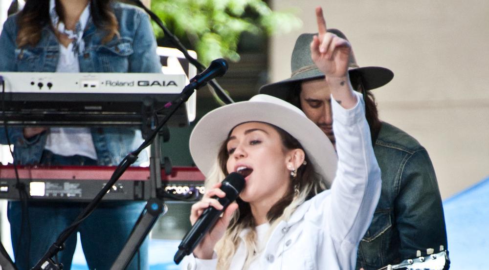 Hinter der Bühne bei den MTV Video Music Awards war es nicht der Zeigefinger, den Miley Cyrus in die Kamera hielt.