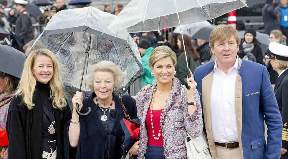 Königin Máxima (r.) mit König Willem-Alexander der Niederlande nebst der früheren Königin, Prinzessin Beatrix, und Schwägerin Prinzessin Mabel