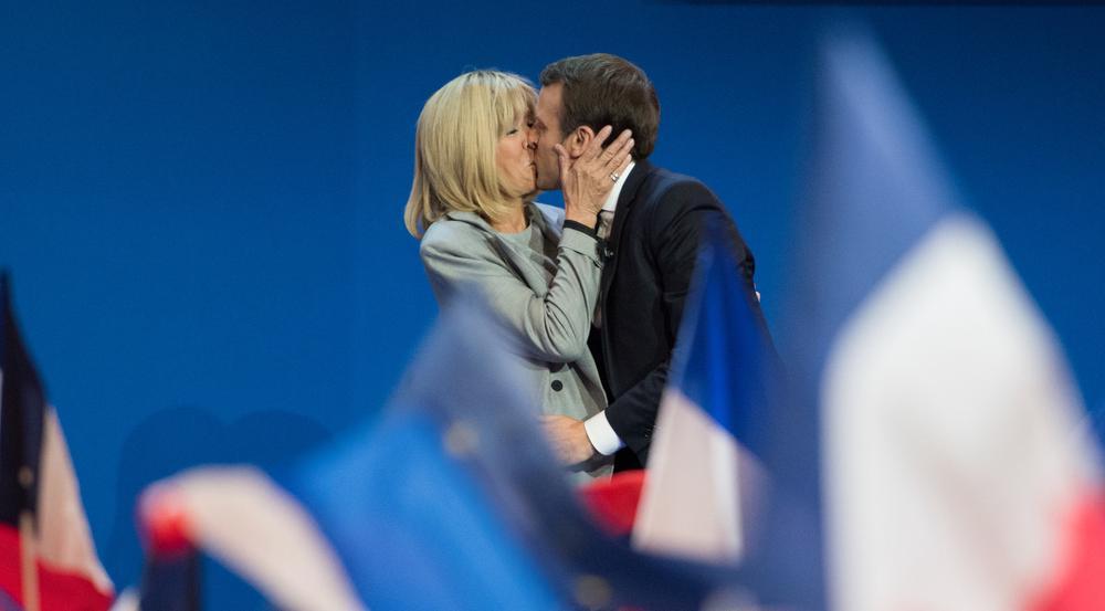 Emmanuel und Brigitte Macron teilen im Wahlkampf einen Kuss