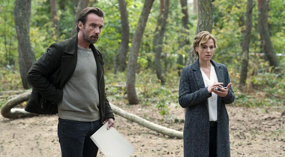 Kriminalhauptkommissarin Olga Lenski (Maria Simon) und Kollege Adam Raczek (Lucas Gregorowicz) untersuchen den Tatort, ein Wald mit bizarr-krummen Bäumen nahe der deutsch-polnischen Grenze