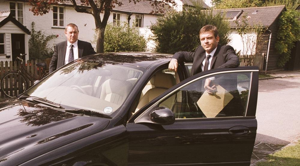 """""""Inspector Barnaby: Der Krieg der Witwen"""": Inspector Barnaby (John Nettles, l.) und sein Assistent Ben Jones (Jason Hughes) mit ihrem neuen Dienstwagen"""