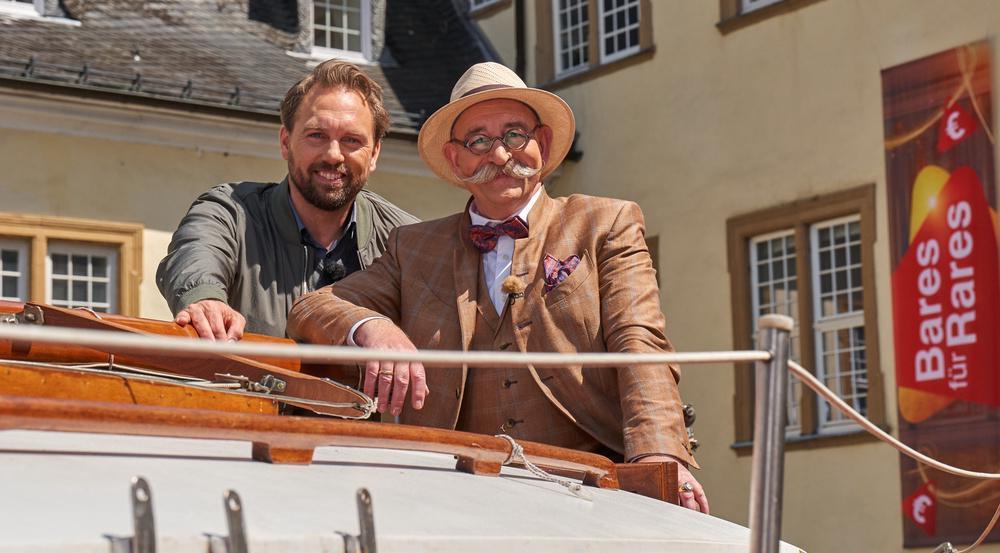 """""""Bares für Rares"""": Horst Lichter (r.) und Steven Gätjen auf einem Boot vor Schloss Ehreshoven"""