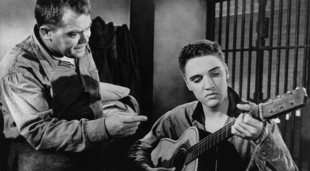 """Auch auf der Leinwand durfte er die Gitarre selten ablegen: Elvis in """"Jailhouse Rock"""""""