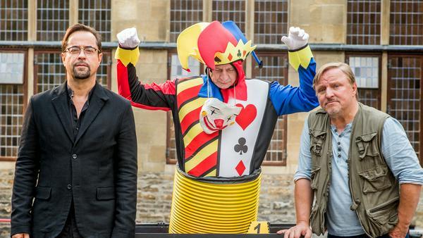 Frank Thiel (Axel Prahl, r.) und Prof. Karl-Friedrich Boerne (Jan Josef Liefers, l.) mit einer Leiche, die in einer Skulptur versteckt ist