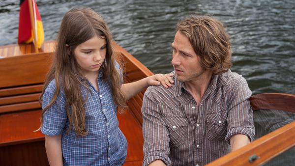 """""""Die Kinder meines Bruders"""": Erik (David Rott) unternimmt mit seiner trauernden Nichte Leonie (Cosima Schroeder) eine kleine Bootstour"""