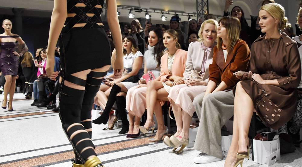 Ein Paar Sneakers zwischen High Heels: Eva Padberg (2.v.r.) auf der Fashion Week Berlin
