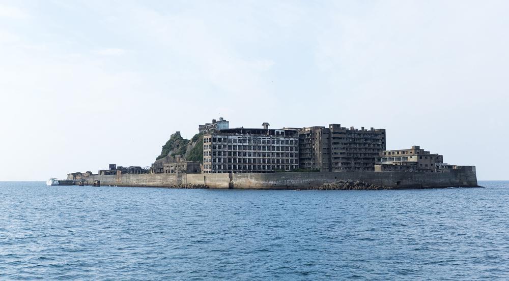 Unmengen Beton, die aus dem Wasser ragen. Hashima trägt den Beinamen