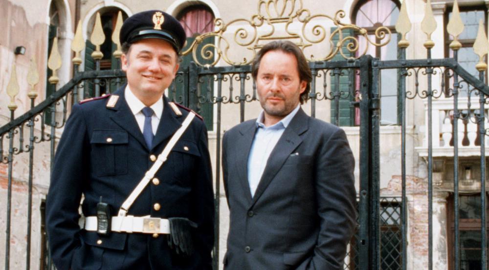 So kennt man ihn aus den Verfilmungen im Ersten: Commissario Brunetti (Uwe Kockisch, r.) und sein Assistent Sergente Vianello (Karl Fischer) -