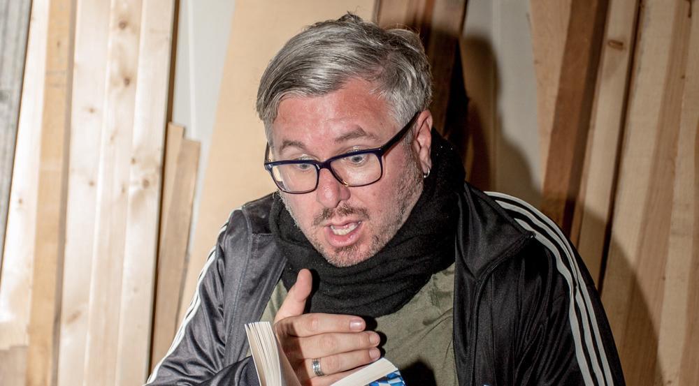 Autor und Schauspieler Moses Wolff mit seinem neuen Krimi