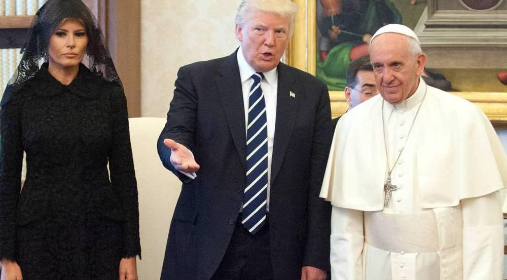 Mit Schleier, ohne Lächeln: Melania Trump mit ihrem Mann beim Papst