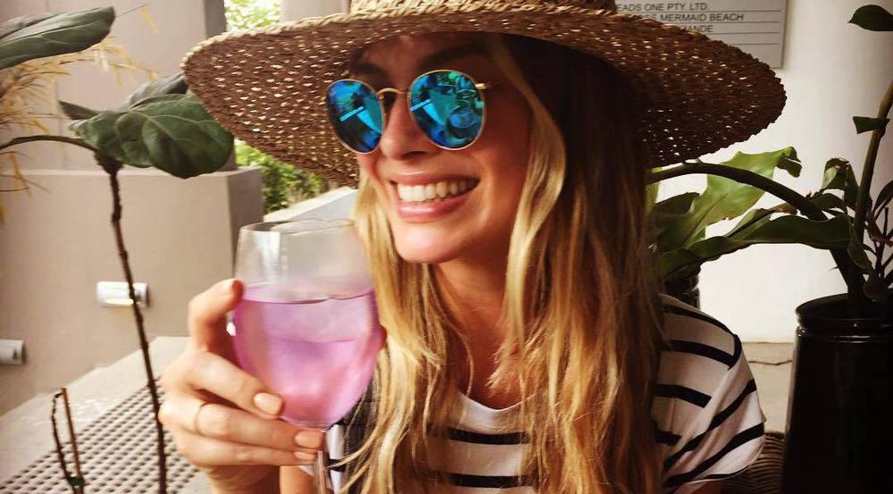 Margot Robbie könnte statt ihrem Wein auch ein paar Stücke Schokolade essen