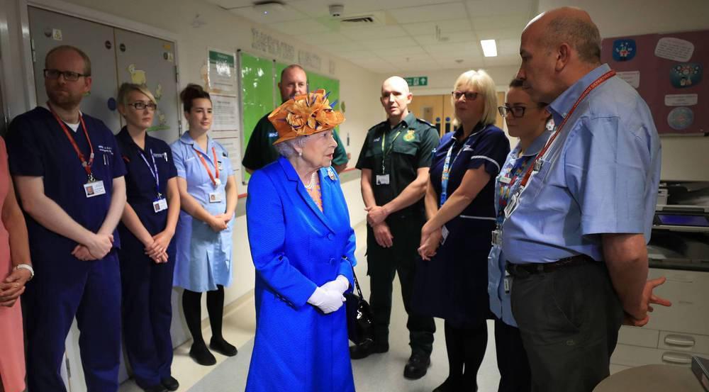 Die Queen spricht mit einigen Bediensteten eines Kinderkrankenhauses in Manchester
