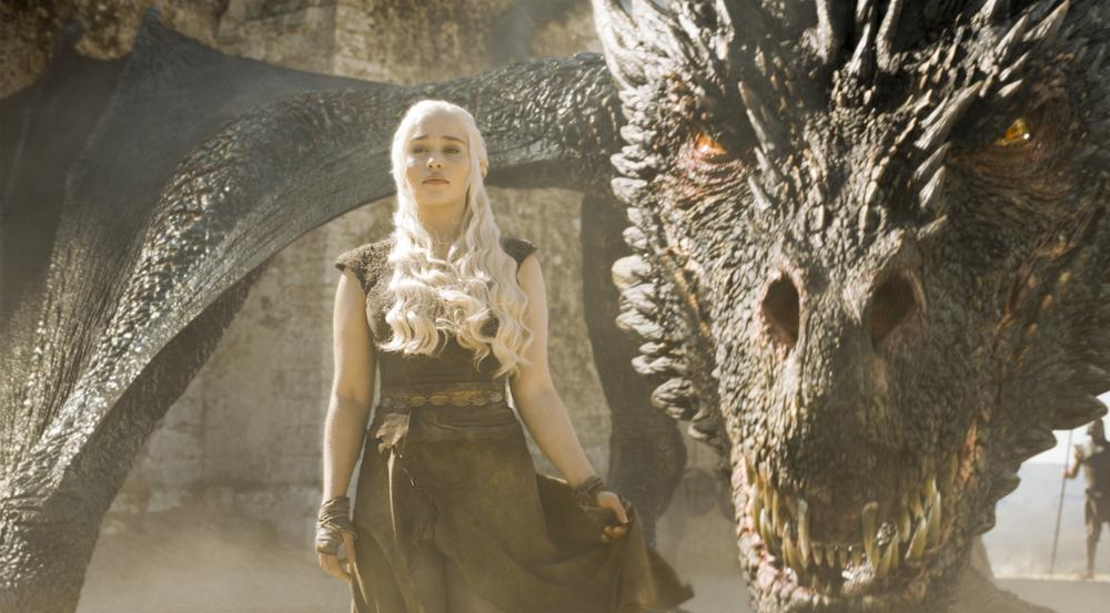 Daenerys Targaryen (Emilia Clarke) mit einem ihrer mächtigen Drachen