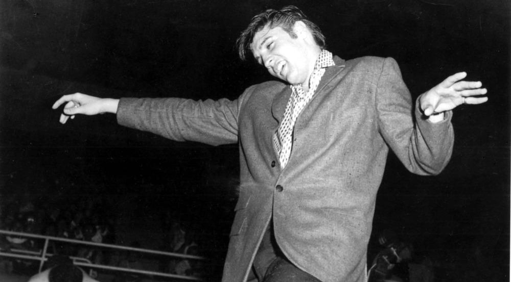 Elvis Presley im Jahr 1955 bei einem Auftritt