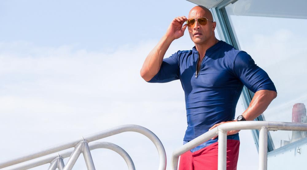 Dwayne Johnson hat als Mitch Buchannon am Strand von Malibu alles im Blick