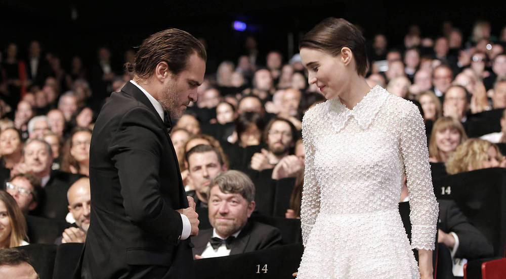 Eine Umarmung gab's auch noch: Joaquin Phoenix und Rooney Mara am Sonntag in Cannes