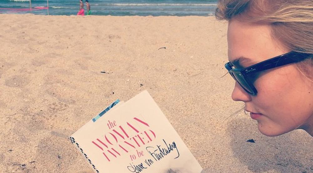 Topmodel Karlie Kloss entspannt beim Lesen