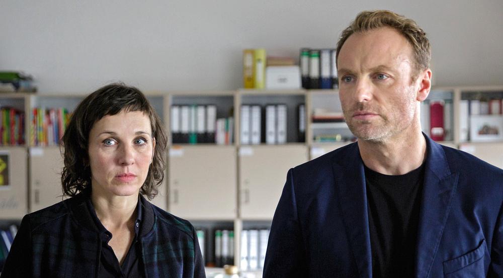 Rubin (Meret Becker) und Karow (Mark Waschke) ermitteln in einer Neuköllner Schule