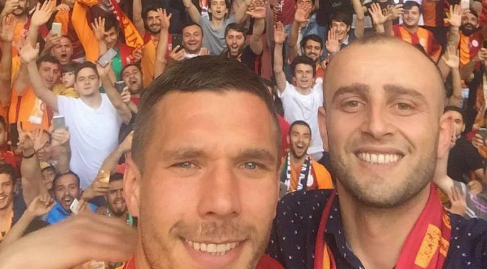 Lukas Podolski feiert ein letztes Mal mit den Fans von Galatasaray Istanbul