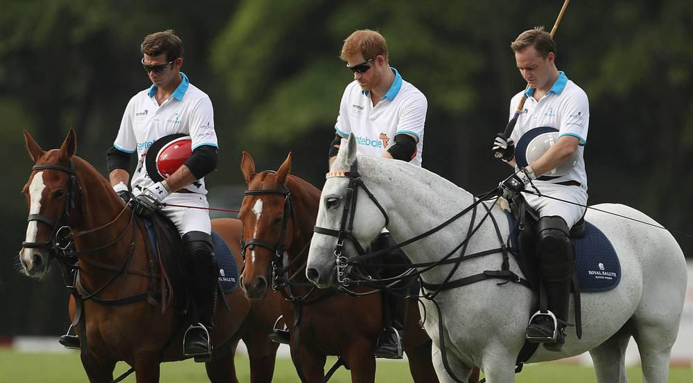 Prinz Harry (Mitte) vor dem Polospiel in Singapur