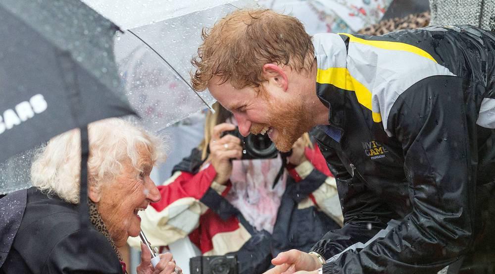 Bei seinem Wiedersehen mit der 97-jährigen Daphne Dunne hatte Prinz Harry sichtlich Spaß