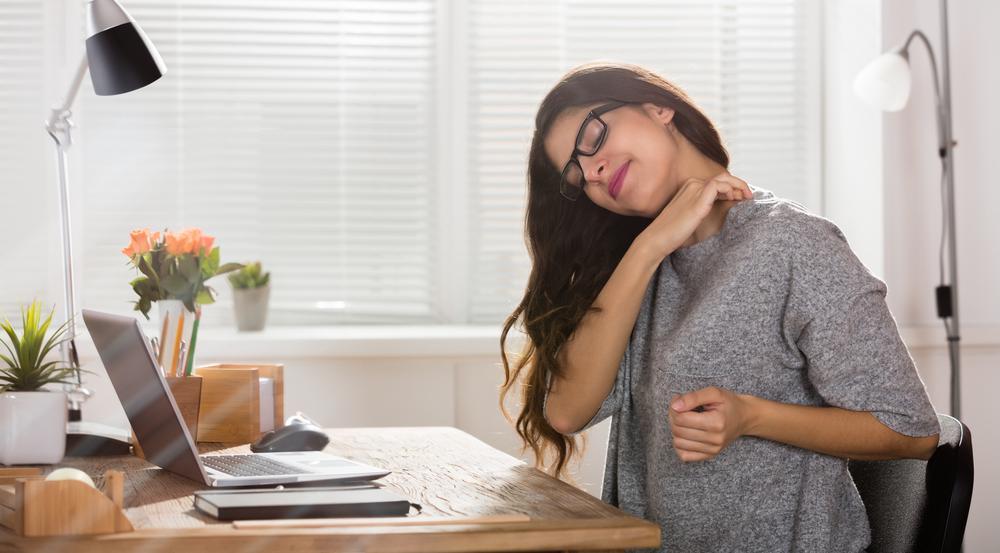 Gerade langes Sitzen kann Rückenschmerzen begünstigen