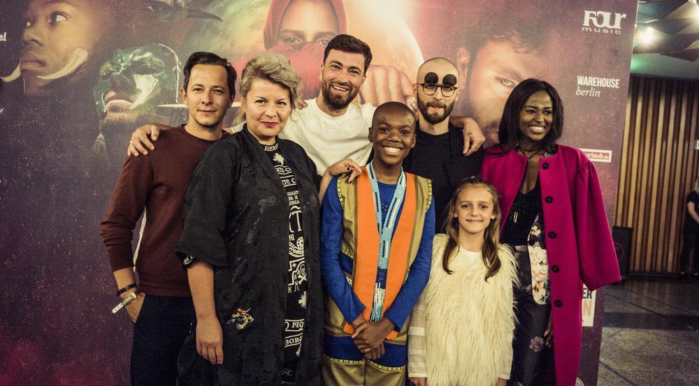 Marteria (Dritter von links) gemeinsam mit einem Teil des Casts seines Films
