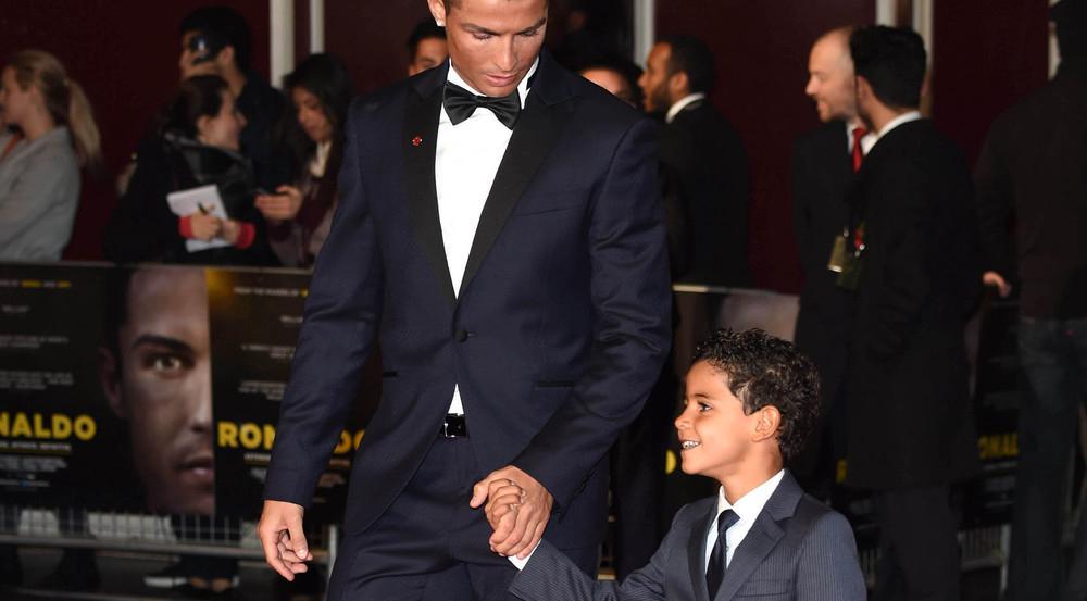 Cristiano Ronaldo mit seinem Sohn Cristiano junior auf dem roten Teppich