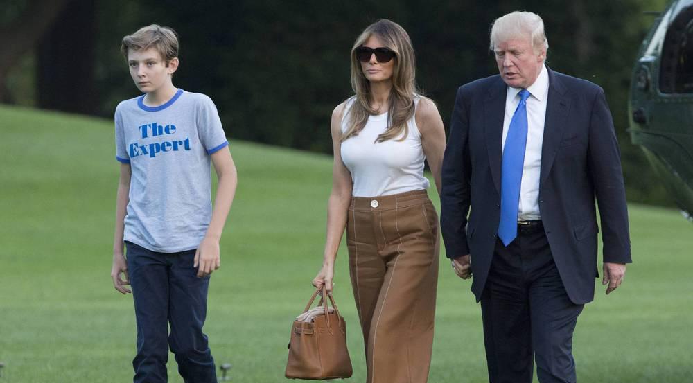 US-Präsident Donald Trump (v.r.) geleitet Ehefrau Melania und Sohn Barron zum Weißen Haus