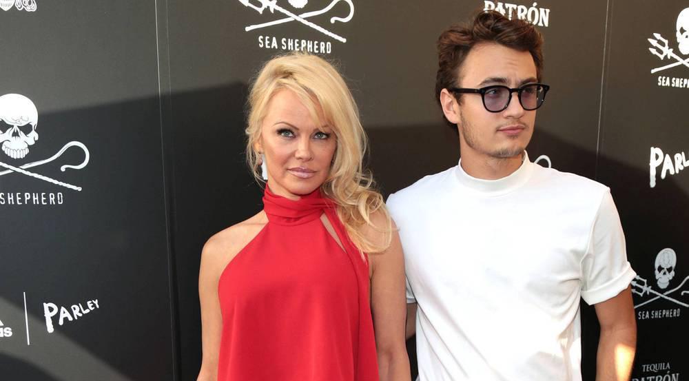 Pamela Anderson und ihr Sohn unterstützen offenbar den Schutz der Meere und den Kampf gegen Walfang, Robbenjagd und unverhältnismäßige Fischerei