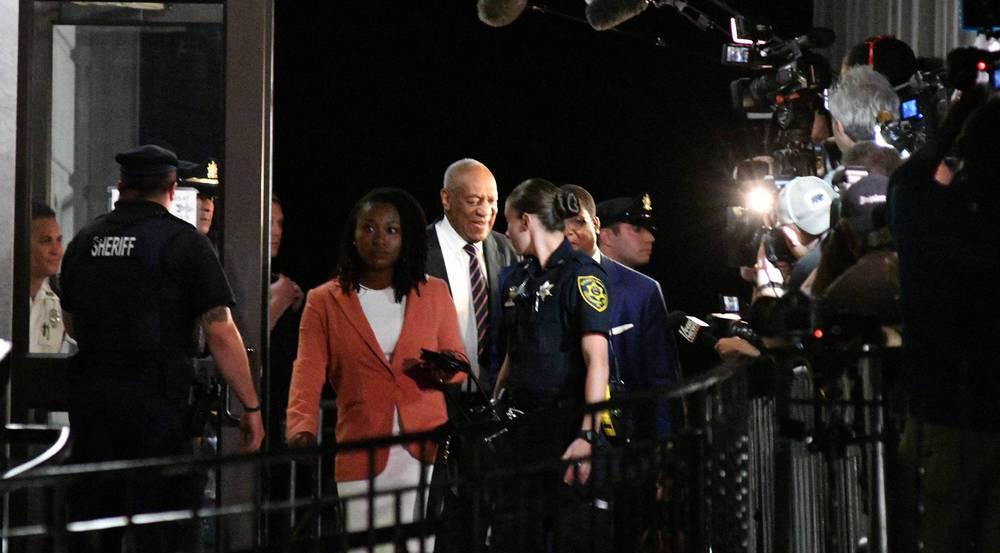 Bill Cosby verlässt am Montagabend das Gerichtsgebäude