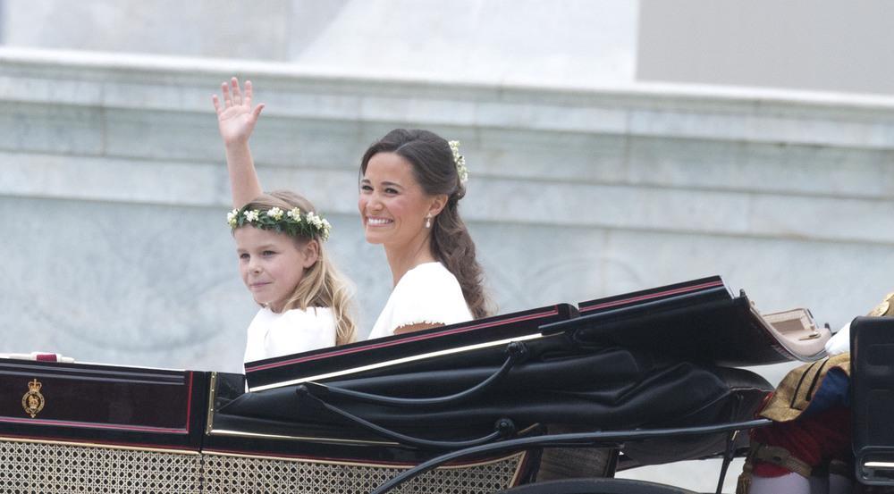 Pippa Middleton mit einem Blumenmädchen bei der Hochzeit ihrer Schwester Kate im Jahr 2011