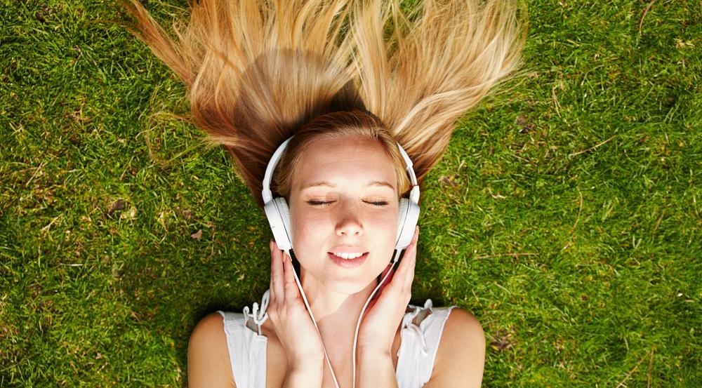 Ob diese junge Dame wohl gerade eine MP3 hört oder doch nur ihren Lieblingssong streamt?
