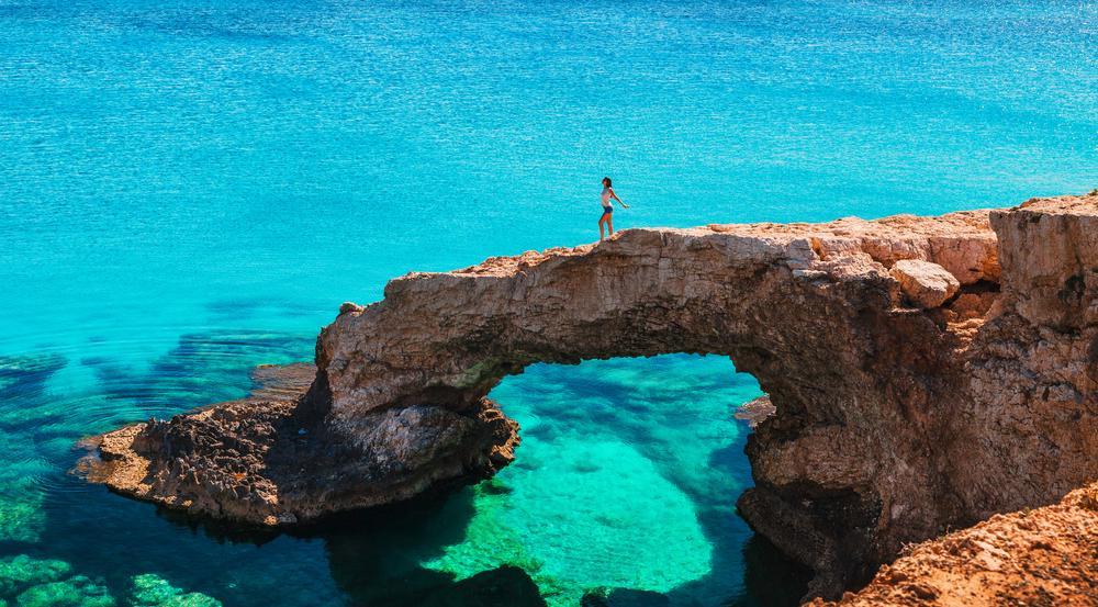 Kristallklares Wasser, Sonne und zerklüftete Küstenabschnitte: So kennen und schätzen viele Urlauber Zypern