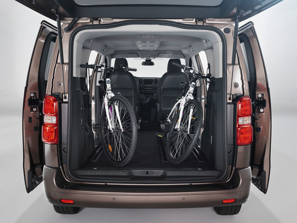 toyota proace verso big boss is watching you. Black Bedroom Furniture Sets. Home Design Ideas