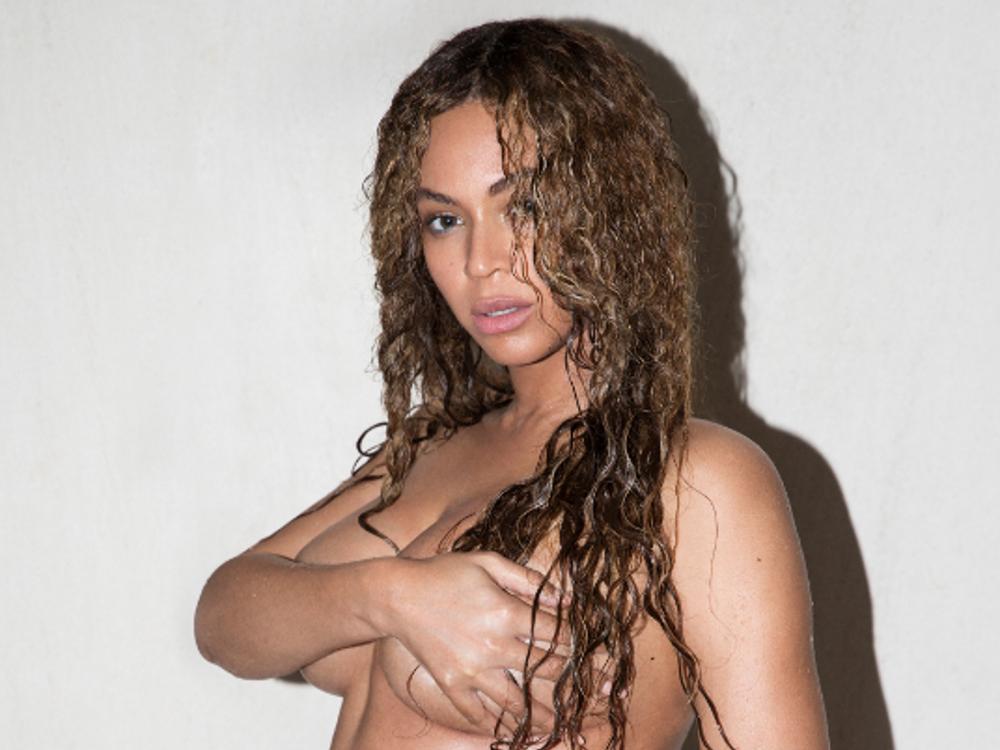 Rothaarige Exhibitionistin Ella Rose kniet nackt vor
