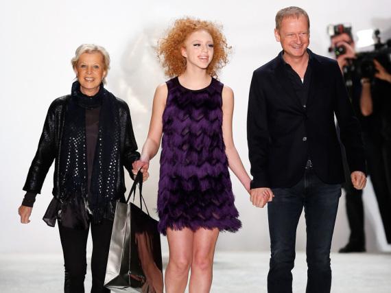 Fashion-Week-Debüt: Anna Ermakova (Mitte) und Riani-Chef-Designer Ulrich Schulte auf dem Runway