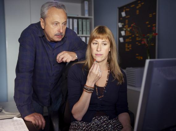 Stubbe (Wolfgang Stumph) und Kollegin Rosinsky (Helene Grass) bei der Recherche im Netz