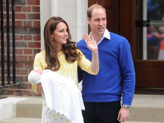 Die stolzen Eltern Kate und William kurz nach der Geburt von Töchterchen Charlotte im Mai
