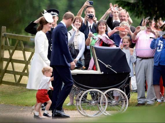 Schaulustige winken den britischen Royals zu