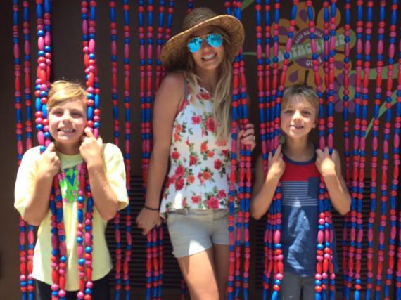 Ganz wie Mama vor 15 Jahren posieren Jayden und Sean zwischen Perl-Vorhängen in Disneyland
