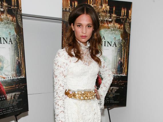 Hollywood-Newcomer Alicia Vikander ganz in Weiß auf der Premiere von