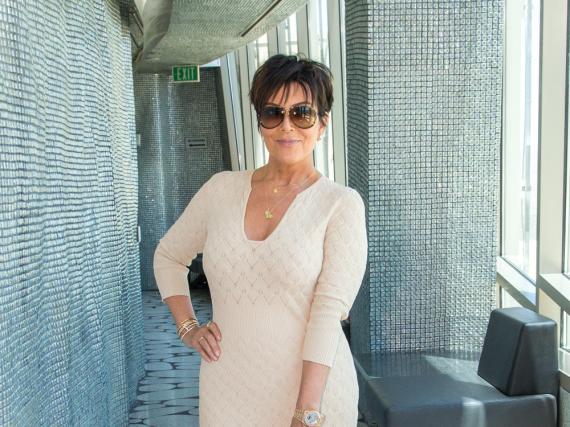 Kris Jenner wirkt elegant und stilvoll in ihrem cremefarbenen Sommerkleid