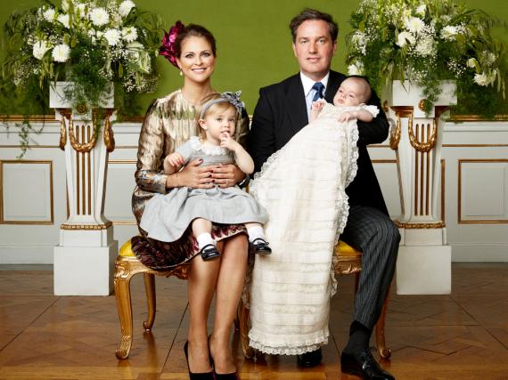 Prinzessin Madeleine mit Tochter Leonore und ihr Mann Christopher O'Neill mit dem Taufkind Prinz Nicolas