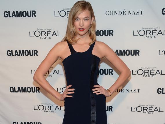 In ihrem tiefblauen Neckholderkleid zeigte sich Karlie Kloss extrem sexy