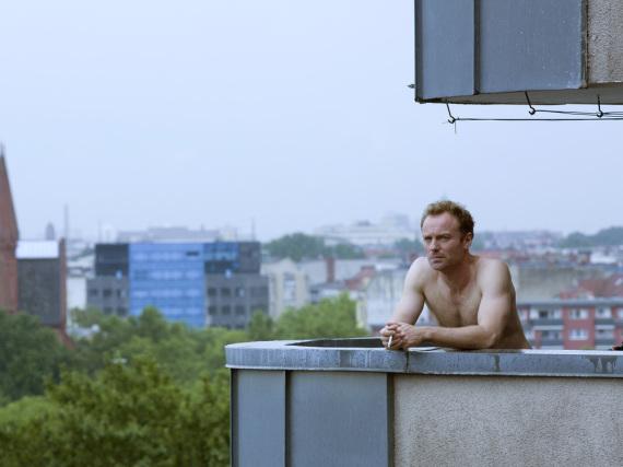 Robert Karow (Mark Waschke) auf dem Balkon seiner Wohnung