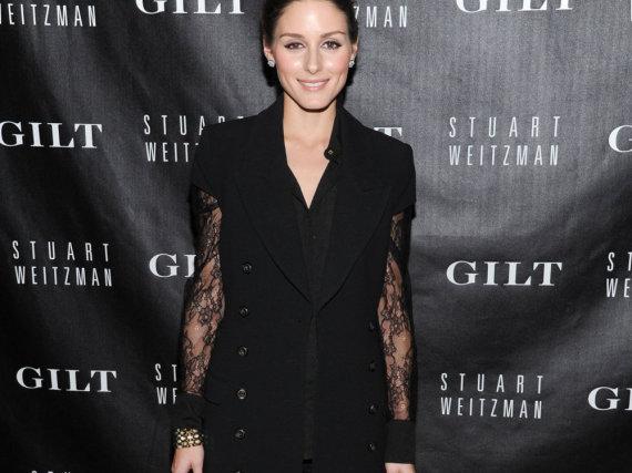 Fashion-Profi Olivia Palermo weiß, wie es geht! Zur zarten Bluse mit Spitzenärmeln kombiniert sie eine Wollweste und Overknees und kreiert so den perfekten Herbstlook