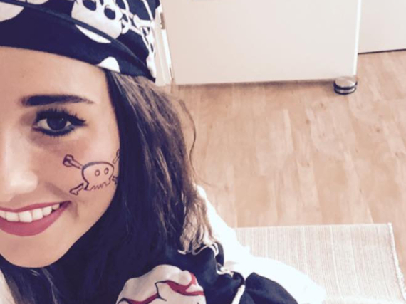 Sarah Engels feiert Fasching zusammen mit Söhnchen Alessio als Piratenfamilie