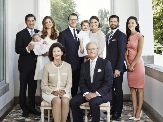 Das Königspaar (vorne) mit den drei Kindern - Prinzessin Madeleine (2.v.l.), Kronprinzessin Victoria (3.v.r.) und Prinz Carl Philip (2.v.r.) - samt deren Partnern und den beiden Enkeltöchtern - Prinz Nicolas und der neue Baby-Prinz fehlen auf dem Foto